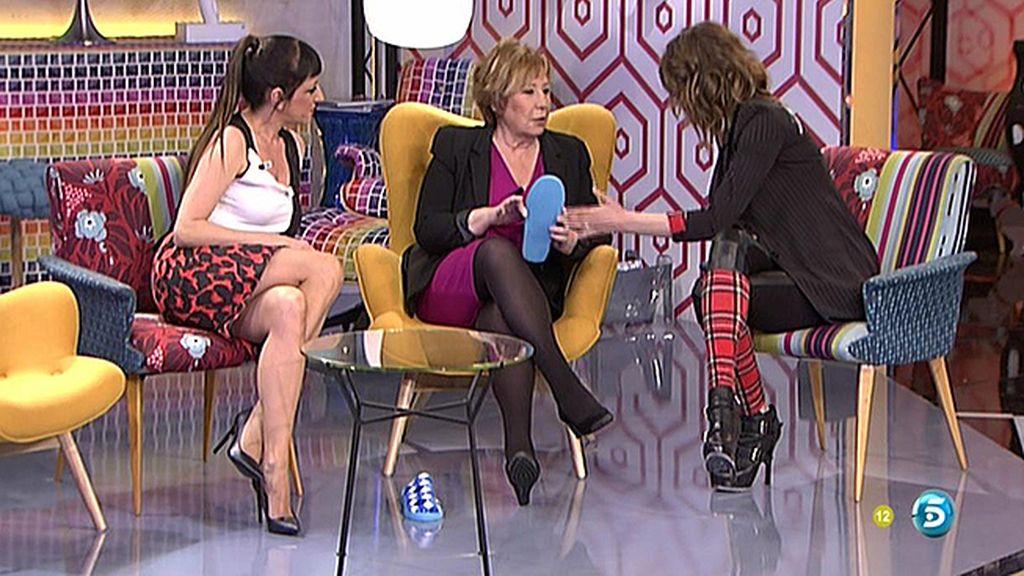 Yolanda le regala a Celia Villalobos unas zapatillas de estar por casa (del chino)