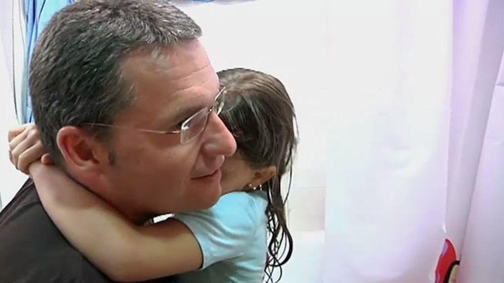 Cristina aprende a ducharse sin gritos, sin rabietas y con la ayuda de su padre