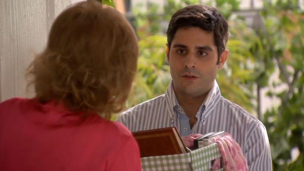 Rodrigo se da a la bebida y le devuelve todas sus cosas a Irene