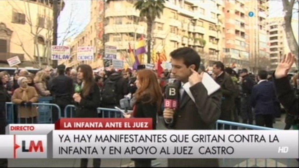 Los manifestantes gritan contra la Infanta
