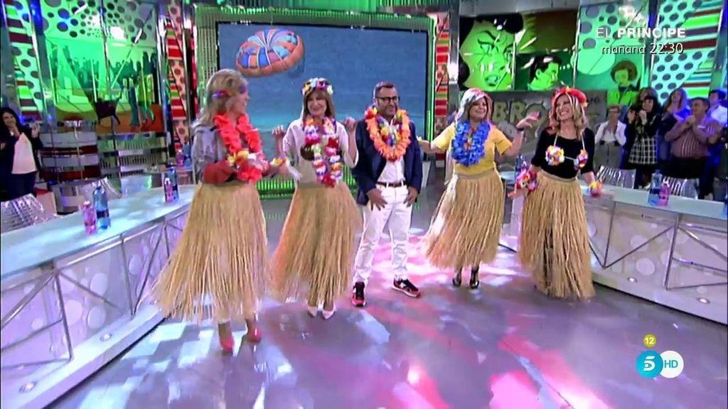 Collares, flores y un baile para J.J. Vázquez