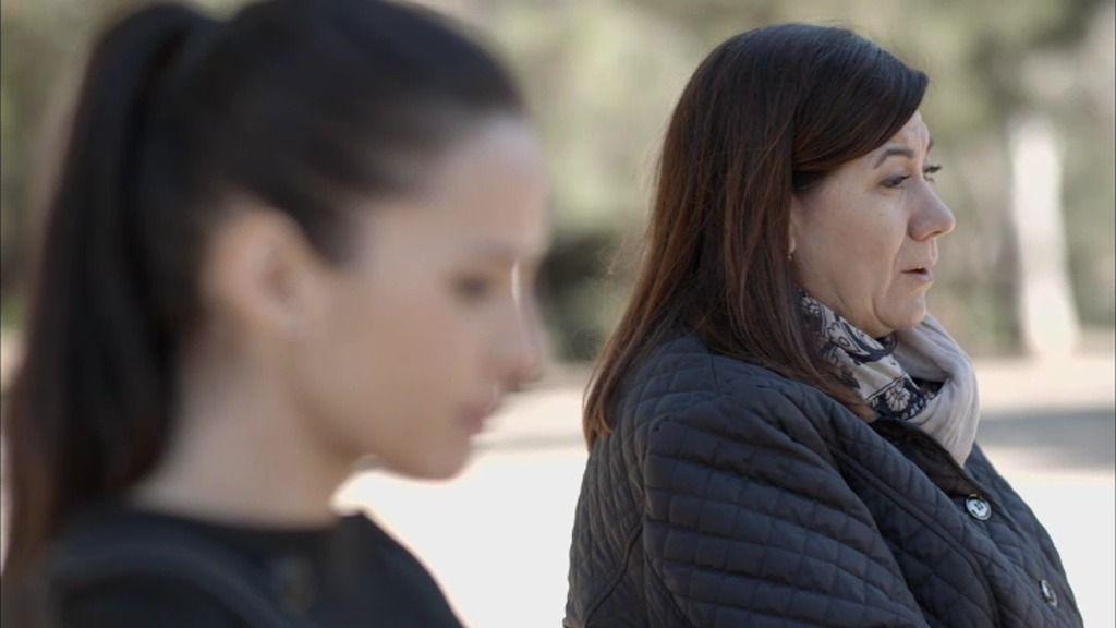 Carmen miente a su hija y a su sobrino y les hace pensar que ha encontrado trabajo