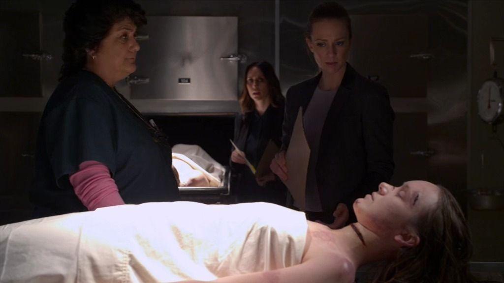 Kate y J.J. descubren en la morgue algo sobre los cortes en la garganta