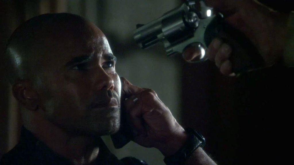 Morgan se despide de su equipo con una pistola apuntándole a la cabeza