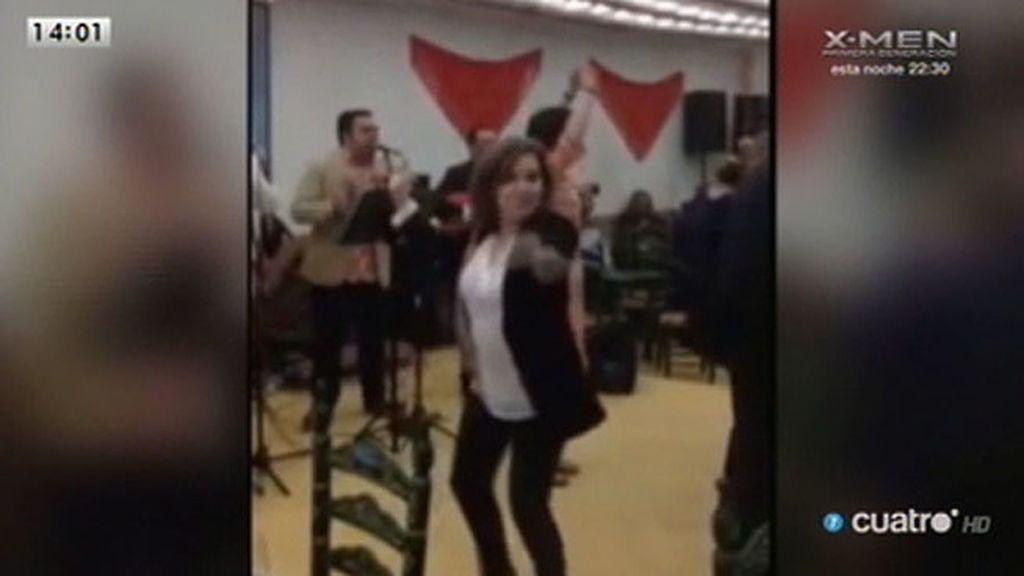 Soraya Sáez de Santamaría se anima a bailar sevillanas en la Feria de Abril