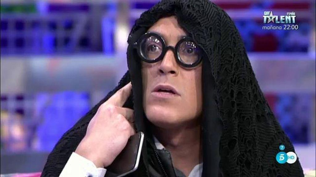 Kiko Hernández parodia a Rosa Benito en GH VIP como 'La vieja del visillo'
