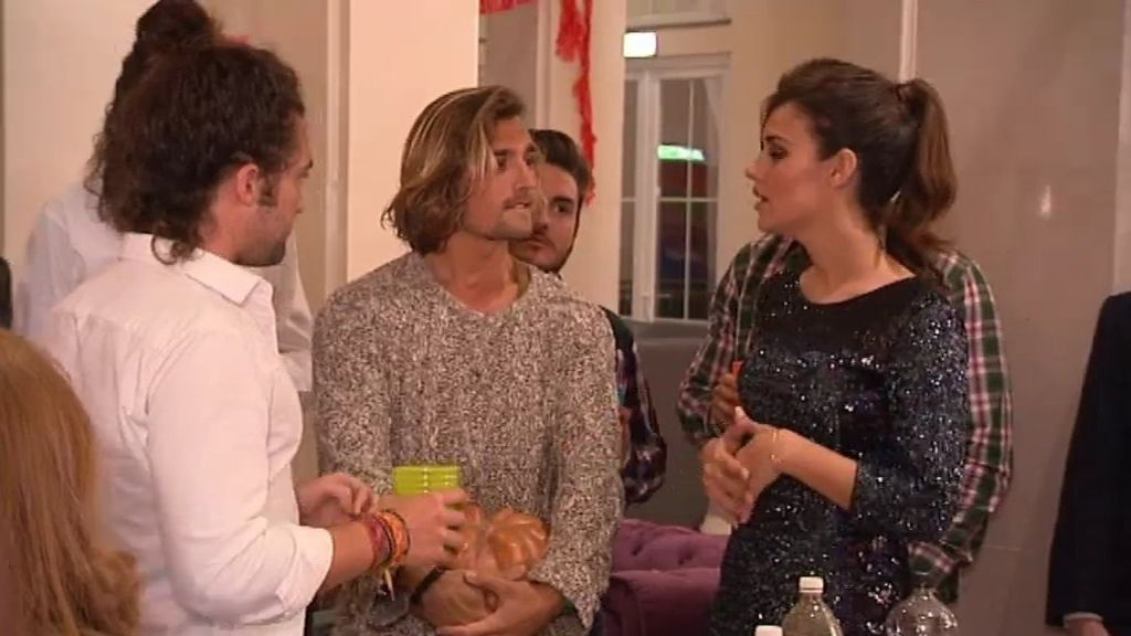 Los pretendientes descubren que Pablo ha regresado en una fiesta 'made in Spain'