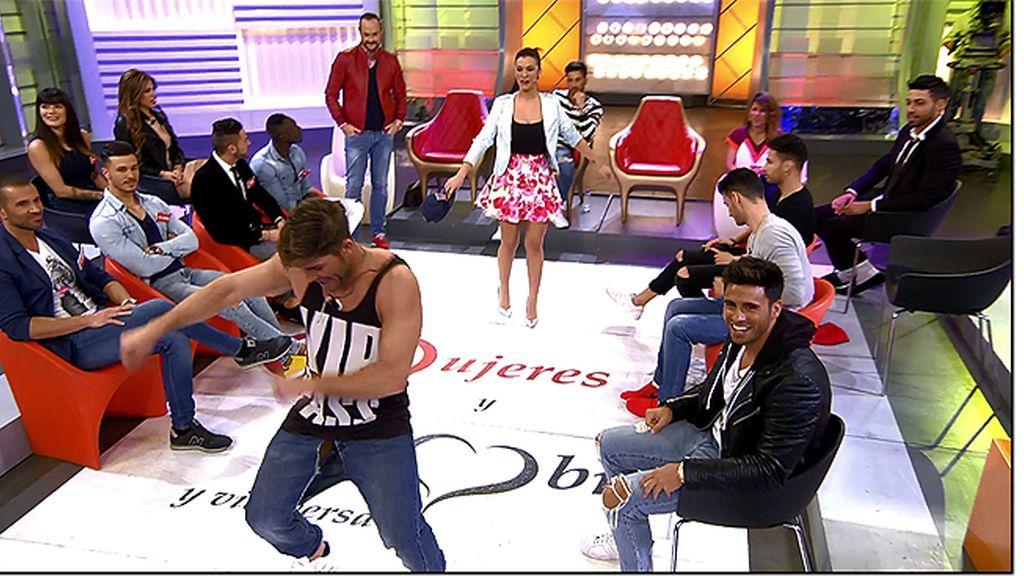 Rubén pone tanto ímpetu en su baile que... ¡se le raja el pantalón por la entrepierna!
