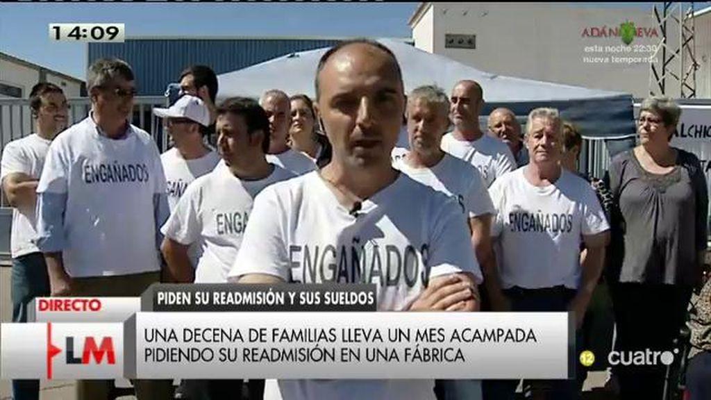 Una decena de familias llevan un mes acampadas pidiendo su readmisión en una fábrica