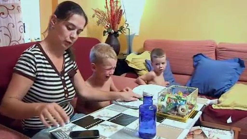 Alejandro no quiere hacer los deberes y se enrabieta con su madre