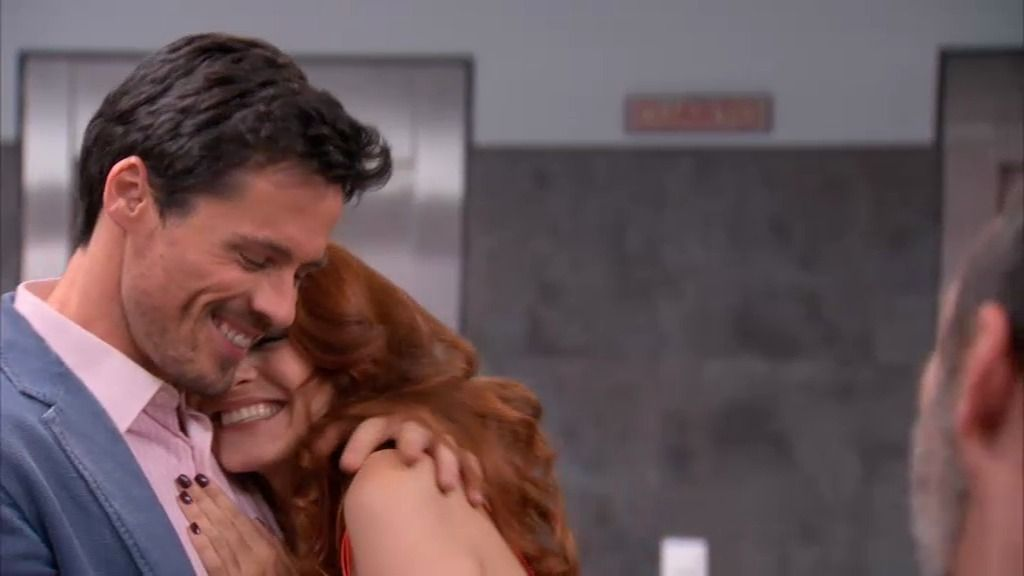 Carlos anuncia su compromiso con Rebeca