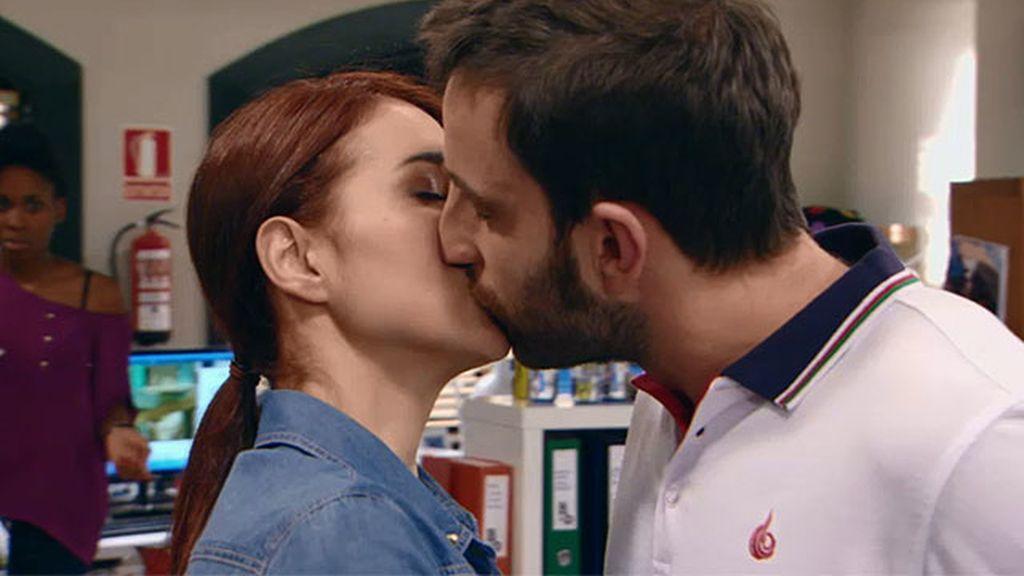 Juan sorprende a Vero con un beso