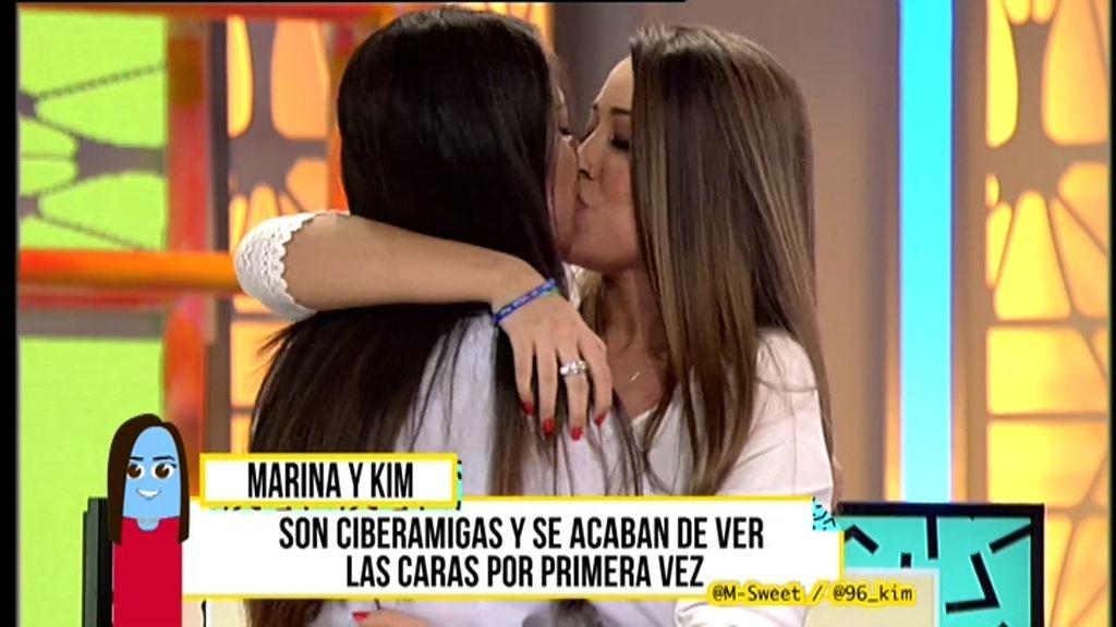¡Viva el ciberamor! Kim y Marina se besan por primera vez