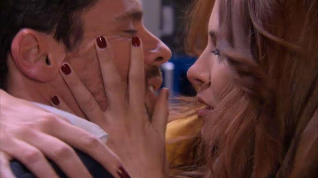 Rebeca cae rendida en los brazos de Carlos
