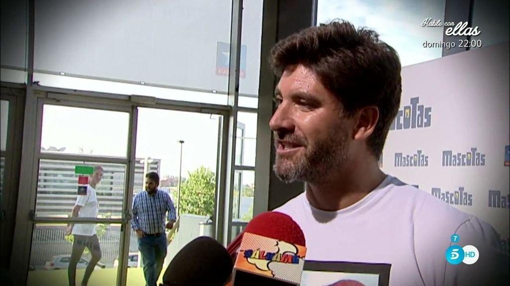Toño Sanchís desprecia las cámaras de 'Sálvame' en el estreno de una película