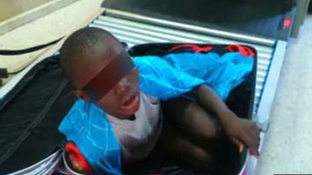 Adou, el niño de la maleta, consigue un permiso de residencia de un año
