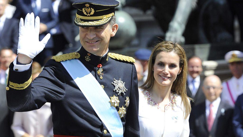Madrid saluda a los nuevos reyes a su paso por las calles de la capital