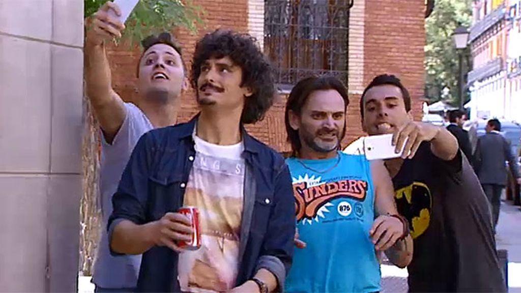 ¡Selfie, selfie!: los fans de 'LQSA' piden una foto a Fermín y Pelocho