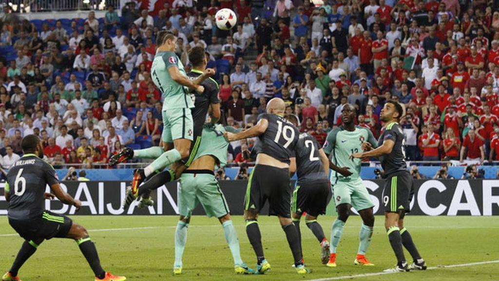 Cristiano voló por encima de la defensa para adelantar a Portugal con un gran cabezazo