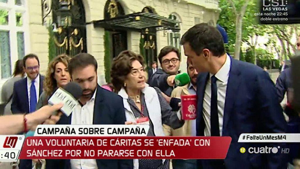 Una voluntaria de Cáritas se enfada con Sánchez por no pararse con ella