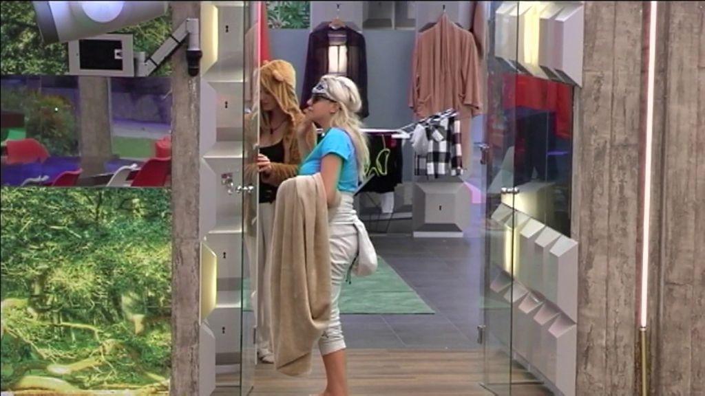 Belén y Charlotte se vengan de Carlos metiendo su cepillo de dientes en el W.C.