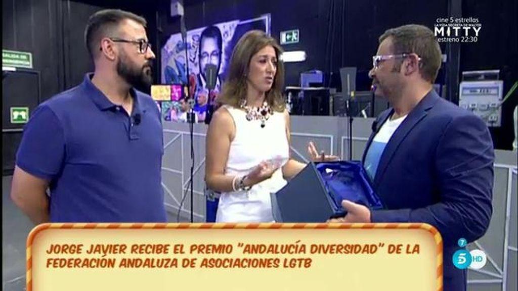 J.J. recibe el premio 'Andalucía Diversidad' de la Federación andaluza de 'LGTB'