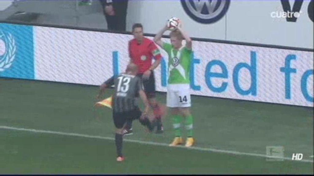 Un jugador alemán pierde su bota, se la tira a un rival y le da donde más duele