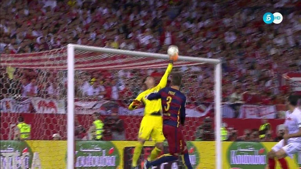 Rico salva al Sevilla: paradón a un cabezazo de Piqué y a un tiro lejano de Dani Alves