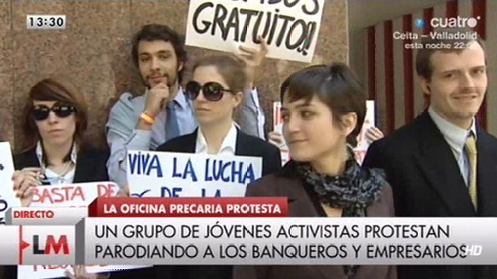 Un grupo de jóvenes activistas protestan parodiando a los banqueros y empresarios