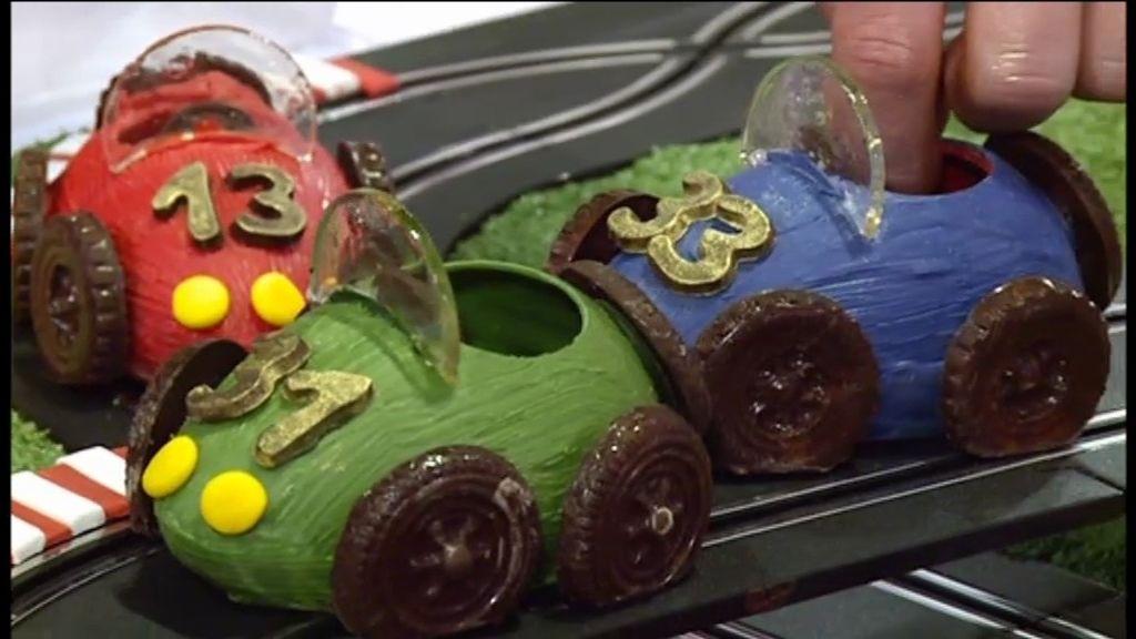 Una tarta con pódium, un scalextric de bizcocho y un circuito comestible