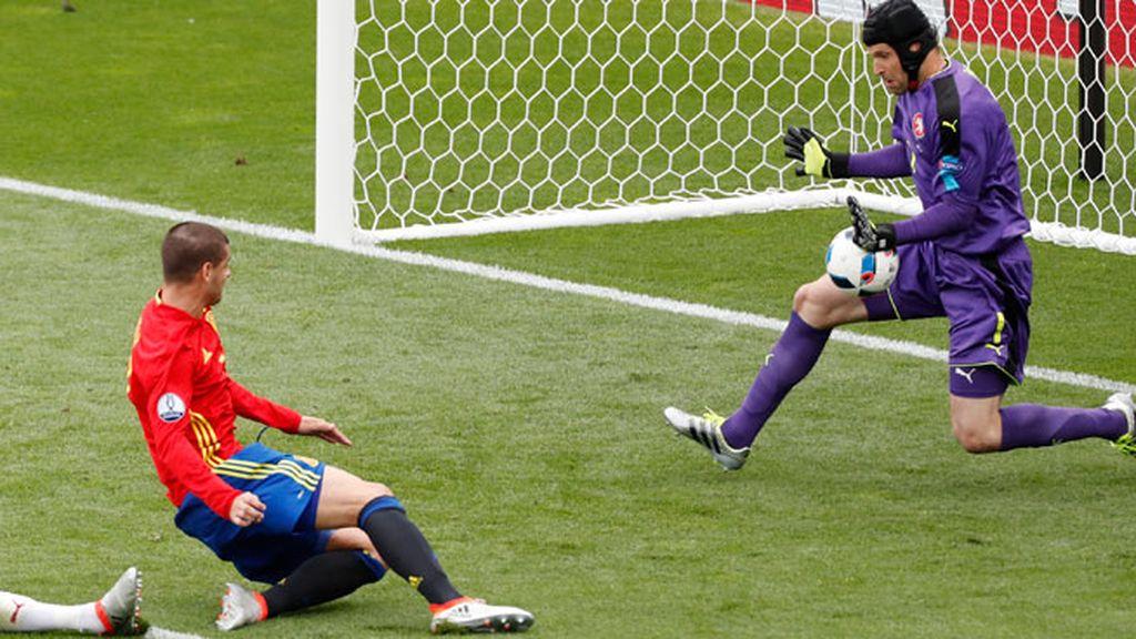 ¡Primera ocasión clara para España! Morata remató al cuerpo del meta checo