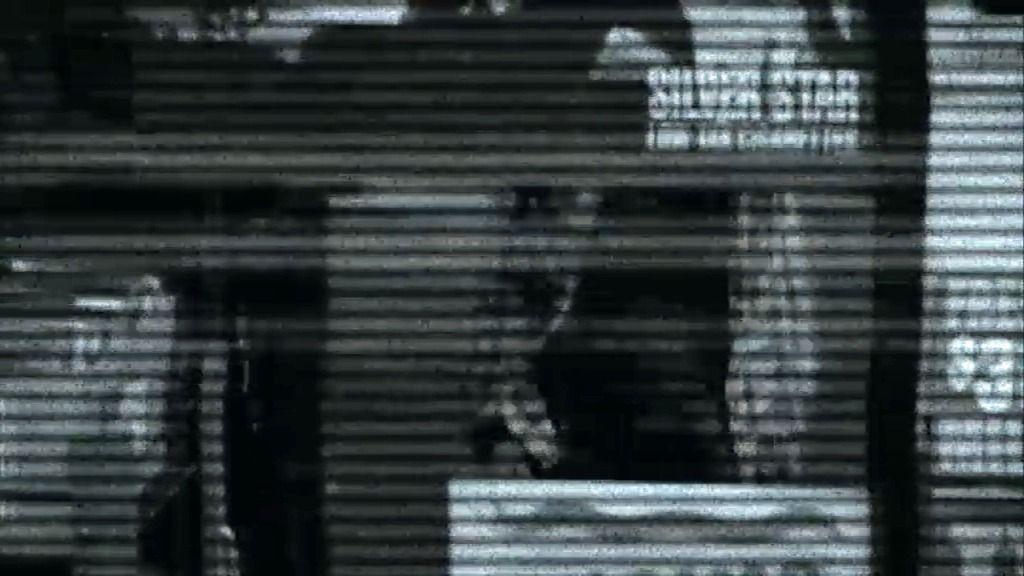 Los agentes de la UAC analizan una grabación en mal estado de la gasolinera