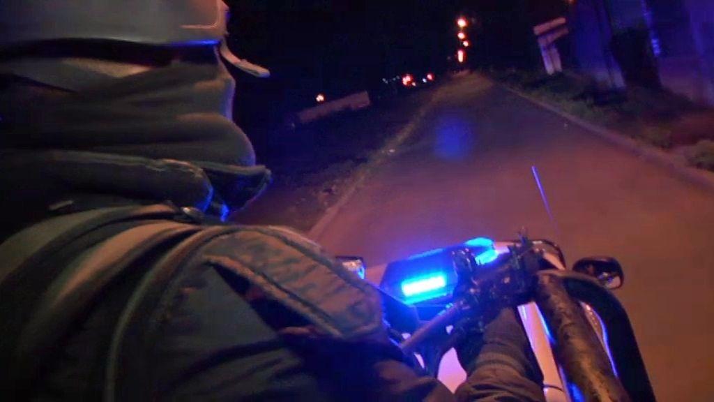 La policía sigue a un hombre armado ha intentado robar un coche