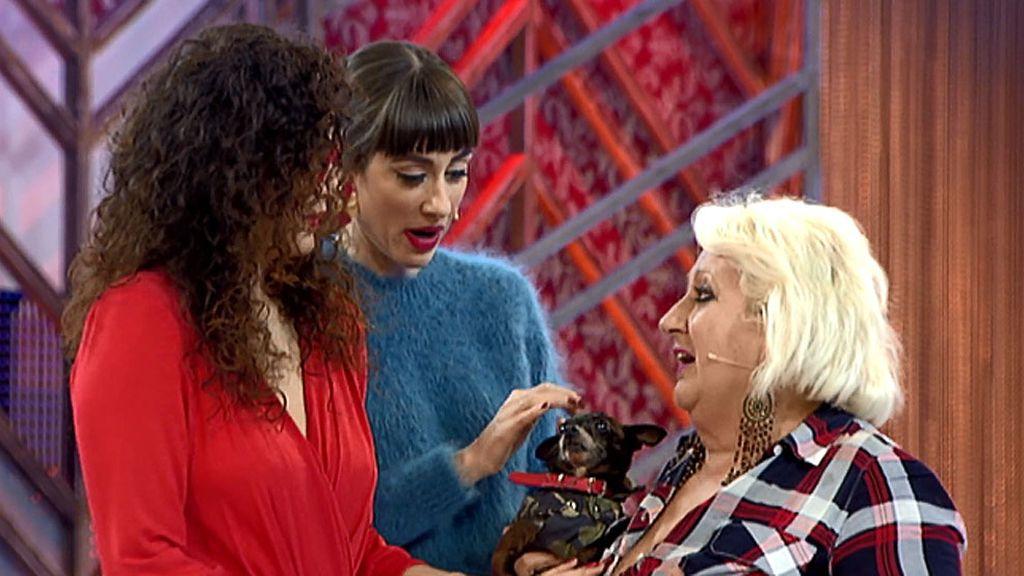 El perro de Esther le hace la cobra a Natalia