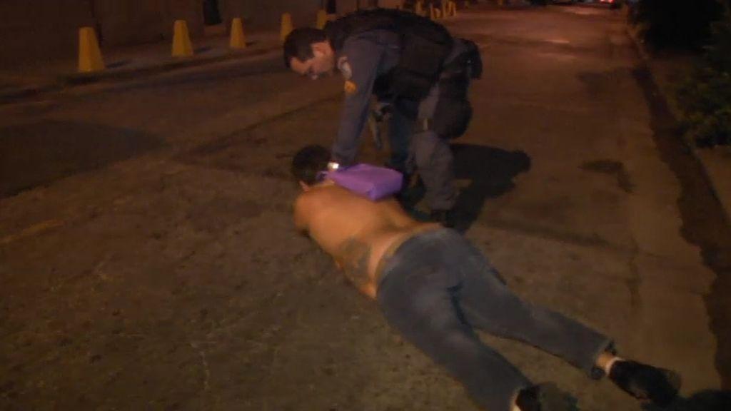 La policía persigue a un sospechoso que sale a la fuga corriendo