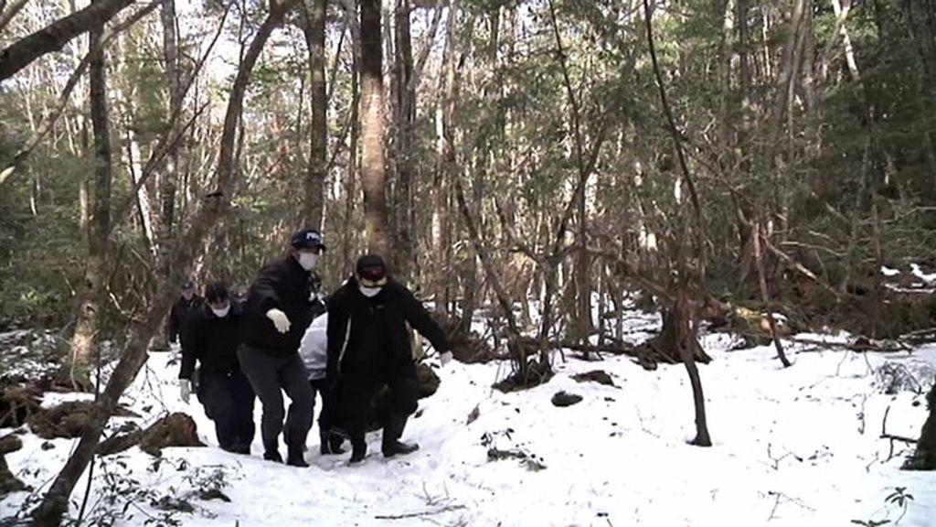 El equipo de 'Cuarto Milenio' presencia la recogida de un cadáver en el Monte Fuji