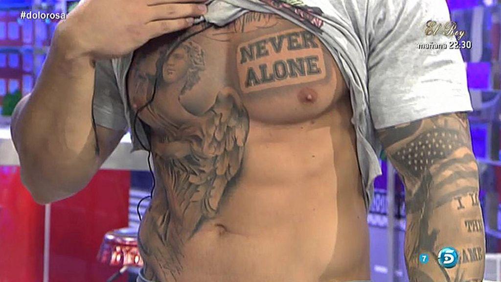 ¡Esteban enseña sus abdominales!