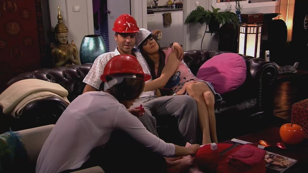 Teodoro intenta ligar con Raquel en casa delante de Alba