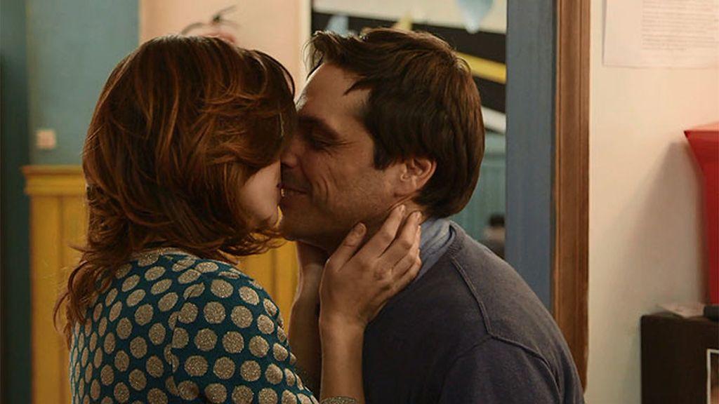 Claudia sorprende a Gustavo con un beso