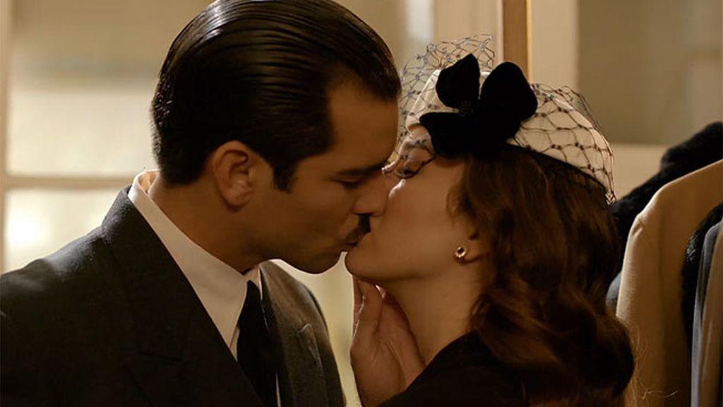 Serrano Súñer y Sonsoles de Icaza se besan por primera vez en un acto público