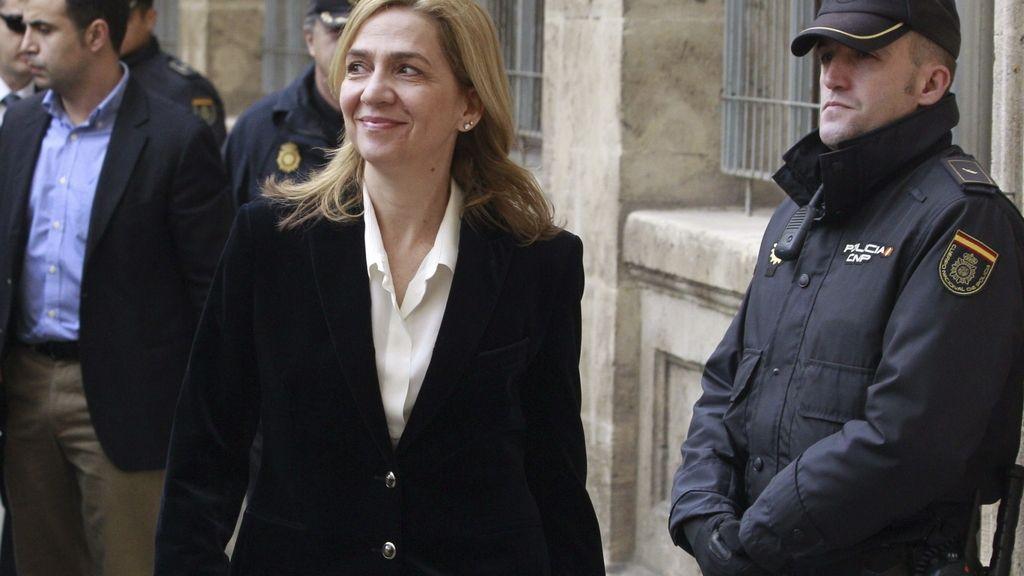 La Infanta bajaba la rampa muy sonriente hacia los juzgados de Palma