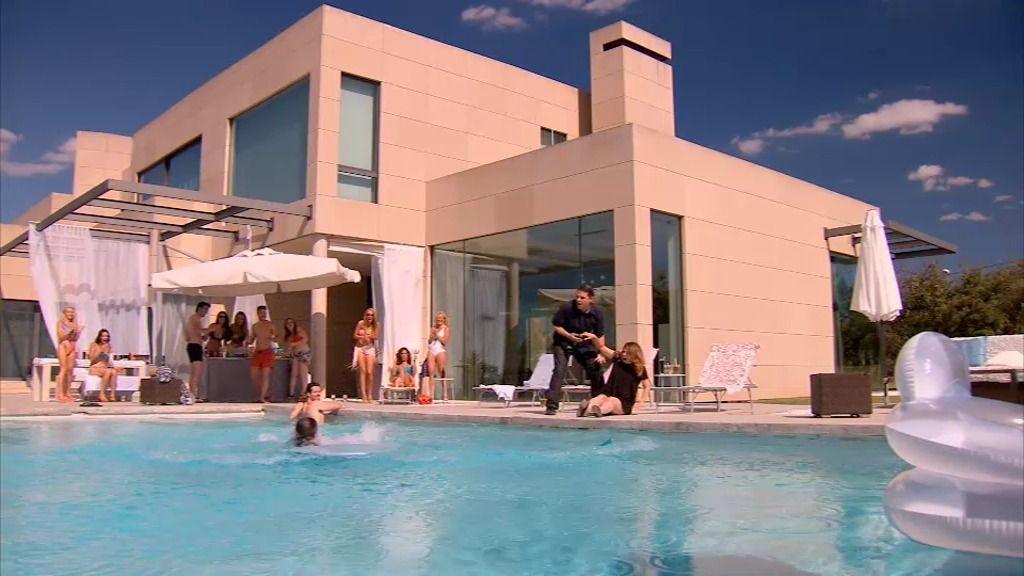 Lucía destaca en una fiesta de guapos... ¡por tirar a la piscina a un camarero!