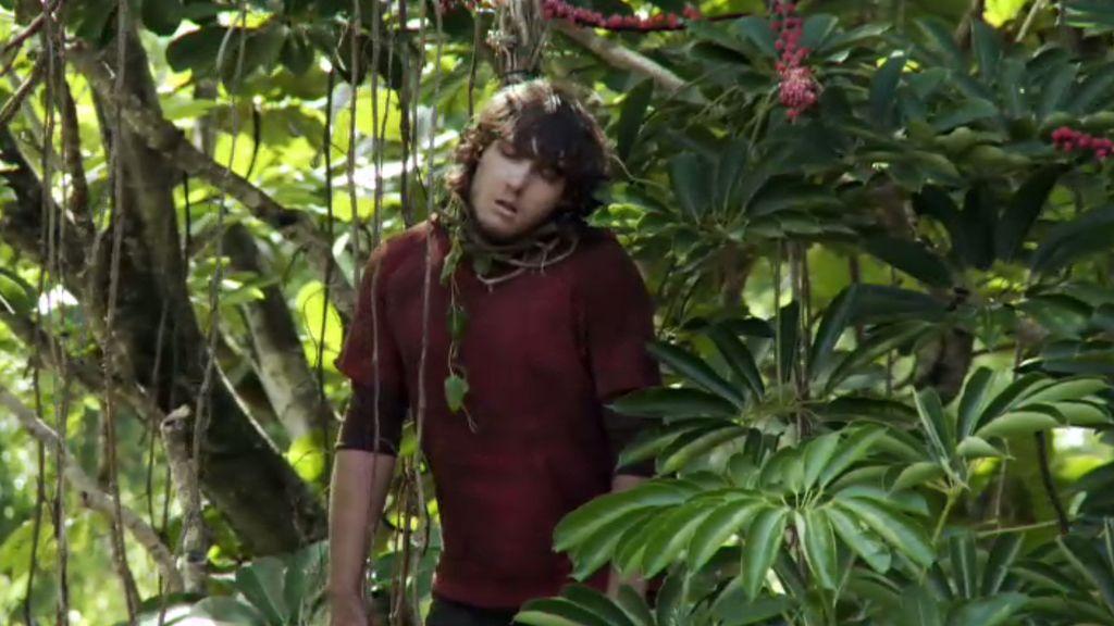 Jonas, cámara de Emmet Cole, aparece colgado en un árbol de la selva