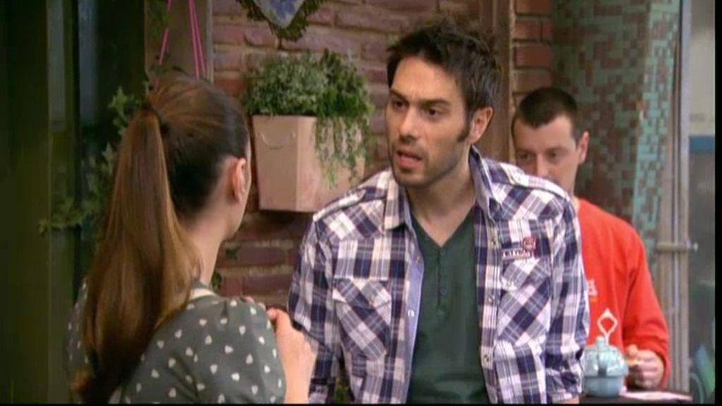 Soraya hace creer a Simón que su hermana Paz fue albañil