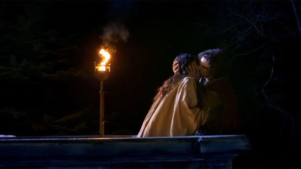 Romeo aparece bajo el balcón de Julieta