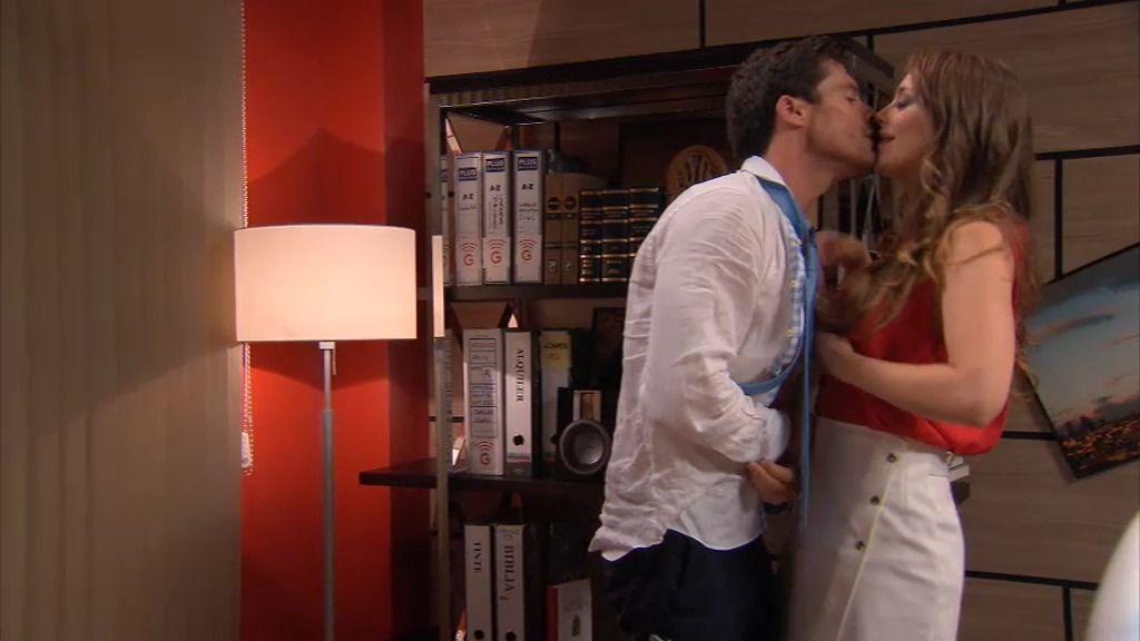 Carlos y Paola se lo montan en el despacho de don Pablo