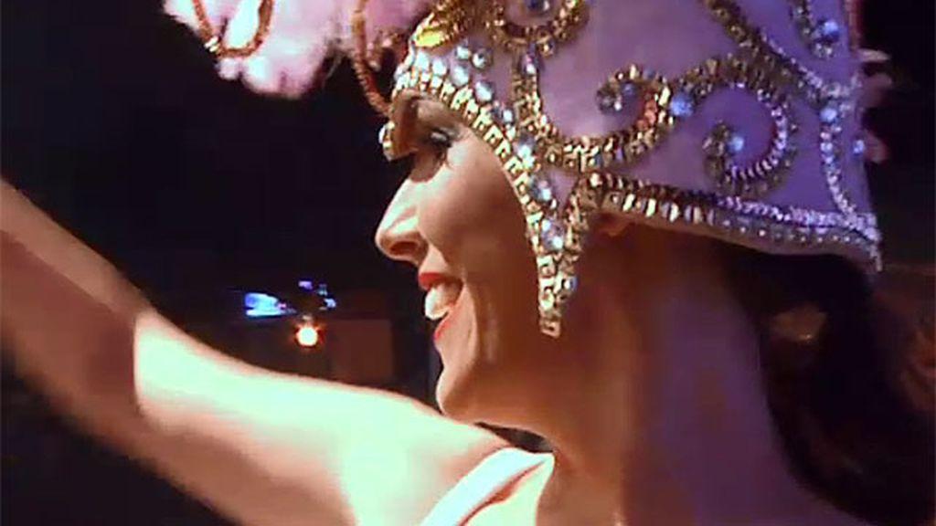 Adela Úcar se suelta la melena y canta en una orquesta de feria