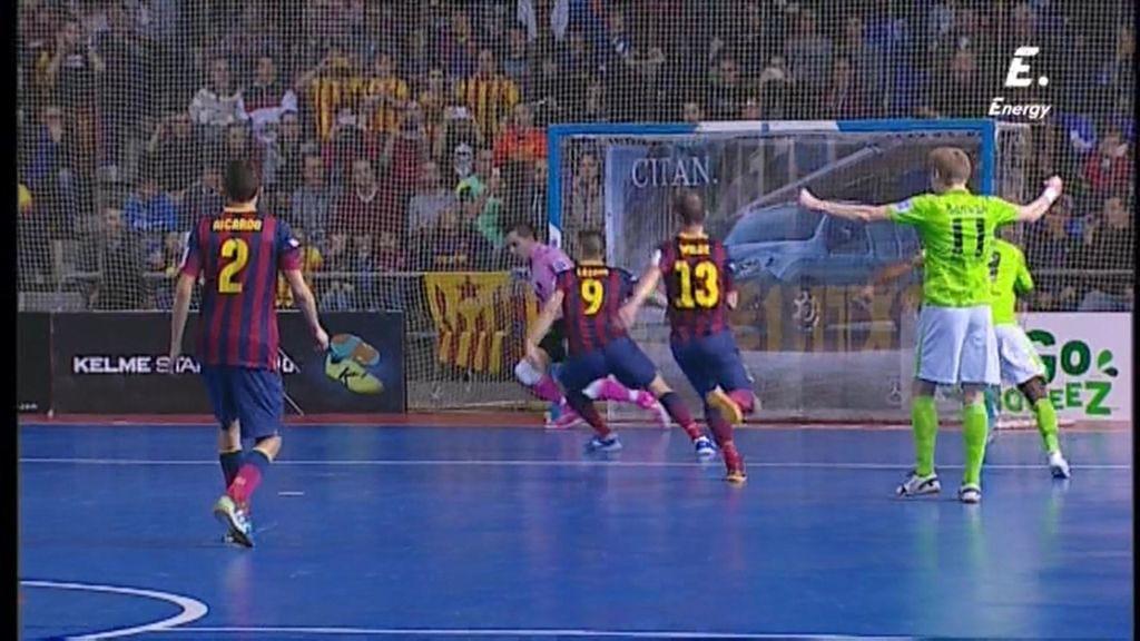 ¡Jesús Herrero detiene un penalti al 'Búfalo' Lozano!