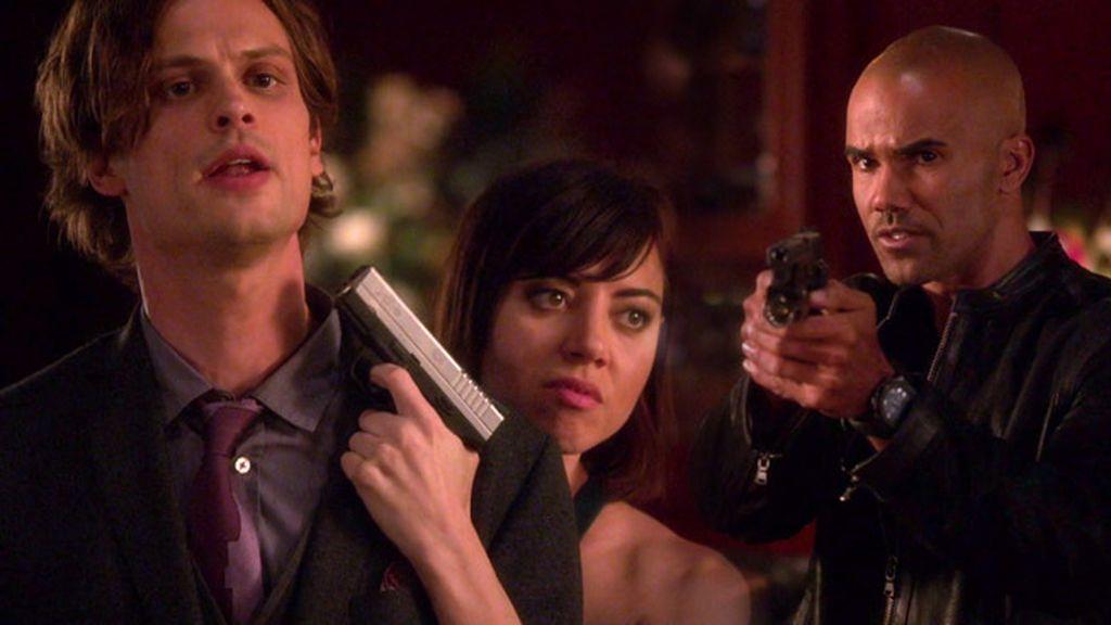 El agente Morgan intenta convencer a la sicario antes de que mate a Reid