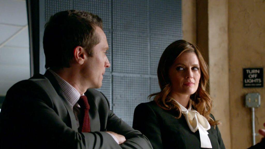 Kate Beckett y el agente Ryan interrogan al novio de la víctima